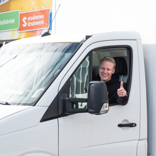Werknemer in bedrijfswagen